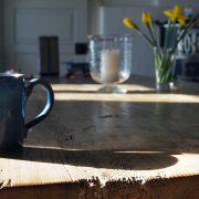Vakbladen aan keukentafel